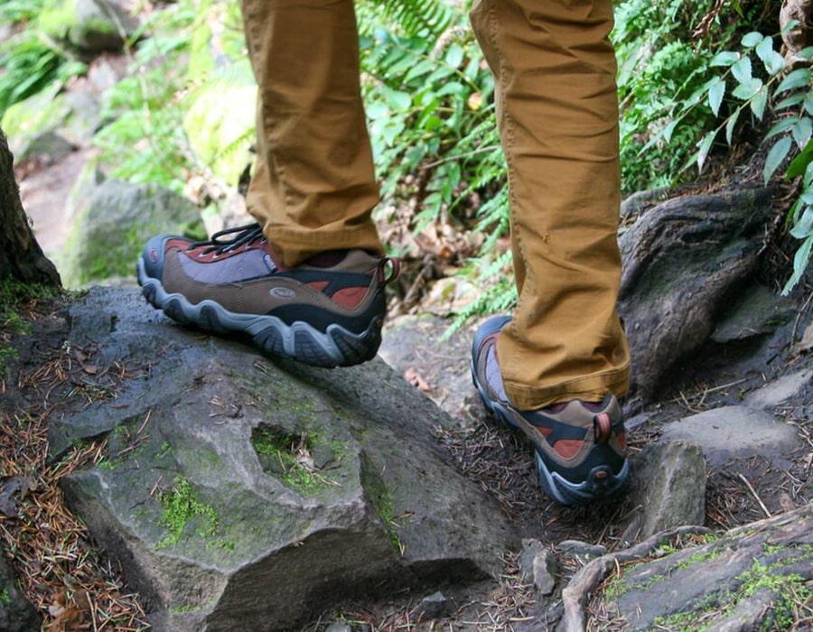 به جنس کفی زیرین کفش توجه کنید